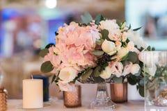 Состав от цветков - украшение таблицы для гостей Белые свечи в больших стеклянных вазах стоковая фотография