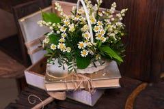 Состав оформления стоцвета с книгами и коробкой дальше Стоковое Изображение RF