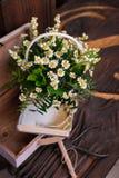Состав оформления стоцвета с книгами и коробкой на коричневой деревянной таблице Стоковые Изображения