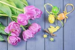 Состав пасхи розовых роз и покрашенных пасхальных яя и y Стоковое фото RF