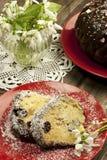 Состав пасхи с вкусным куском торта стоковая фотография