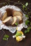 Состав пасхи с вкусным тортом стоковые изображения