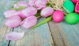Состав пасхи с тюльпанами и пестроткаными яичками Стоковая Фотография RF