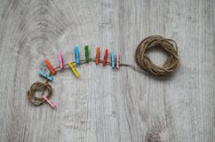 Состав пестротканых деревянных зажимок для белья на веревочке Стоковые Изображения RF