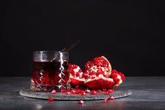 Состав питья гранатового дерева и отрезанная вениса на черной предпосылке Освежая красные коктеили Стоковое фото RF