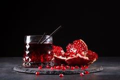 Состав питья гранатового дерева и отрезанная вениса на черной предпосылке Освежая красные коктеили Стоковое Изображение