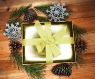 Состав подарка рождества на деревянной предпосылке Стоковые Изображения