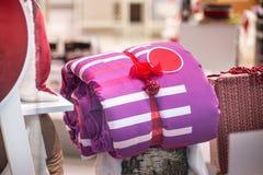 Состав подарков рождества с постельными принадлежностями, подушками и другим deco стоковая фотография