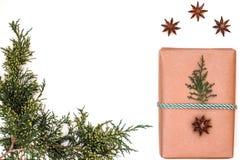 Состав праздника рождества белизна изоляции подарков рождества скопируйте космос стоковое изображение
