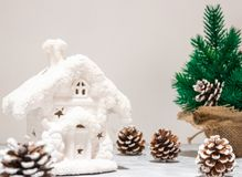 Состав праздников рождества искусства на белой деревянной предпосылке с украшением рождественской елки и космос экземпляра для ва стоковое фото