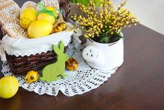 Состав праздника пасхи с печеньями и яичками Стоковое Изображение RF
