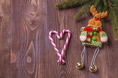 Состав праздников рождества на коричневой деревянной предпосылке с космосом экземпляра для вашего текста Стоковые Изображения