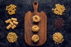 состав различных сырцовых макаронных изделий и деревянное Стоковое Изображение RF