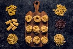 состав различных сырцовых макаронных изделий и деревянное Стоковые Изображения
