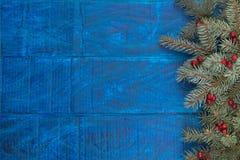 Состав рождества ветвей ели и ягод калины на деревянной предпосылке Взгляд сверху с космосом экземпляра Стоковое Изображение