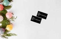 Состав рождества визитных карточек ветви ели и украшения рождества на белой предпосылке Плоское взгляд сверху положения Стоковое фото RF