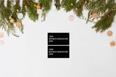 Состав рождества визитных карточек ветви ели и украшения рождества на белой предпосылке Плоское взгляд сверху положения Стоковые Изображения RF