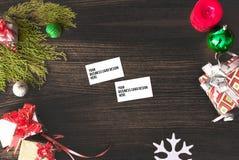 Состав рождества визитных карточек ветви ели, подарок рождества и украшения на деревянной предпосылке Стоковая Фотография RF