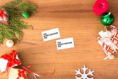 Состав рождества визитных карточек ветви ели, подарок рождества и украшения на деревянной предпосылке Стоковое фото RF