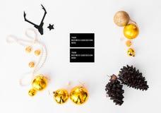 Состав рождества визитных карточек конусы и украшения рождества на белой предпосылке Плоское взгляд сверху положения Стоковые Изображения