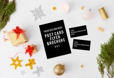 Состав рождества визитных карточек рогульки ветви ели и украшения рождества на белой предпосылке Плоское взгляд сверху положения Стоковые Фотографии RF