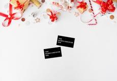 Состав рождества визитных карточек Украшения подарка рождества и рождества на белой предпосылке Плоское взгляд сверху положения В Стоковые Фотографии RF