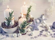 Состав рождества в скандинавском стиле Свечи, естественные элементы, загородный стиль стоковые изображения rf