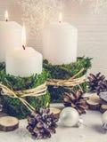 Состав рождества в скандинавском стиле Свечи, естественные элементы, загородный стиль стоковые фото