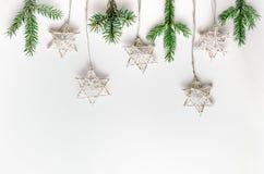 Состав рождества в стиле Eco Ветви ели и handmade звезды на белой предпосылке Стоковое Изображение