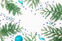 Состав рождества деревьев зимы, украшения и безделушек рождества на белой предпосылке Рамка праздника Плоское положение, взгляд с Стоковая Фотография RF