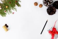 Состав рождества для клеймить ветви ели, конусы и украшения рождества на белой предпосылке Плоское взгляд сверху положения Стоковое фото RF