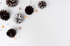 Состав рождества для клеймить конусы и украшения рождества на белой предпосылке Плоское взгляд сверху положения Стоковая Фотография RF