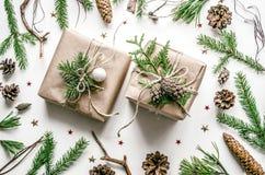 Состав рождества для подготовки на Новый Год Красиво упакованные подарки в Эко-стиле Стоковая Фотография RF