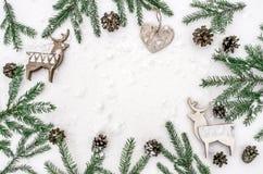 Состав рождества для представления работ или текста Аксессуары, украшения и ветви ` s Нового Года лежат на Стоковые Фото