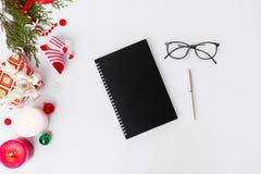 Состав рождества дневника ветви ели и украшения рождества на белой предпосылке Плоское взгляд сверху положения Стоковое фото RF