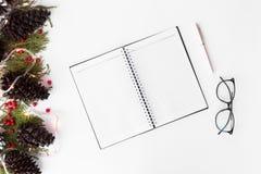 Состав рождества дневника ветви ели и украшения рождества на белой предпосылке Плоское взгляд сверху положения Стоковое Фото