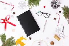 Состав рождества дневника ветви ели, конусы и украшения рождества на белой предпосылке Плоское взгляд сверху положения Стоковые Изображения