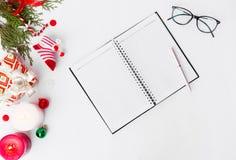 Состав рождества дневника ветви ели, конусы и украшения рождества на белой предпосылке Плоское взгляд сверху положения Стоковая Фотография