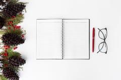 Состав рождества дневника ветви ели, конусы и украшения рождества на белой предпосылке Плоское взгляд сверху положения Стоковое Изображение RF