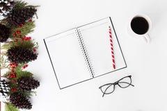 Состав рождества дневника ветви ели, конусы и украшения рождества на белой предпосылке Плоское взгляд сверху положения Стоковое Фото