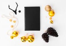 Состав рождества дневника конусы и украшения рождества на белой предпосылке Плоское взгляд сверху положения Стоковое Изображение