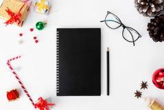 Состав рождества дневника на время рождества конусы и украшения рождества на белой предпосылке Стоковые Изображения