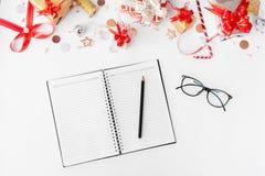 Состав рождества дневника Подарки и украшения рождества на белой предпосылке Плоское взгляд сверху положения Стоковая Фотография RF