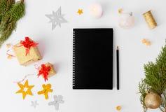 Состав рождества дневника Подарки и украшения рождества на белой предпосылке Плоское взгляд сверху положения Стоковые Фото