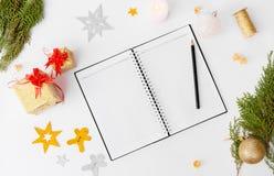 Состав рождества дневника Подарки и украшения рождества на белой предпосылке Плоское взгляд сверху положения Стоковые Изображения RF