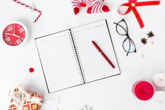 Состав рождества дневника Украшения подарка рождества и рождества на белой предпосылке Плоское взгляд сверху положения Стоковое фото RF