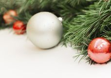 Состав рождества и Нового Года на белой деревянной предпосылке с космосом экземпляра для вашего текста стоковые фото