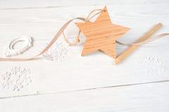 Состав рождества модель-макета Подарок, звезда, и карандаш рождества на деревянной белой предпосылке Плоский, взгляд сверху Стоковое Изображение