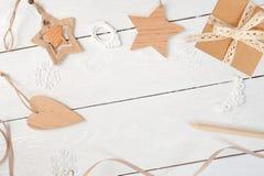 Состав рождества модель-макета Подарок рождества, сердце, конусы сосны, ель разветвляет на деревянной белой предпосылке Плоское п Стоковое Изображение