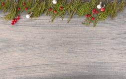 Состав рождества на время рождества Ветви ели и украшения рождества на деревянной предпосылке Плоское взгляд сверху положения Стоковые Фотографии RF